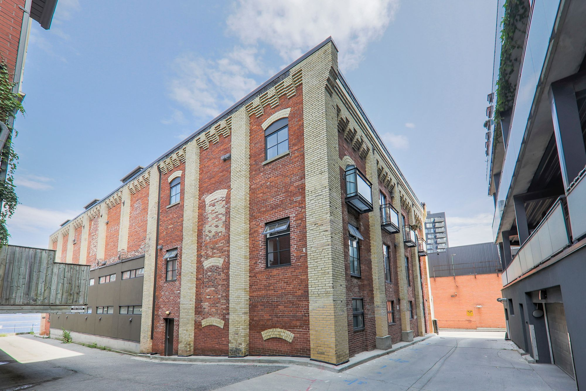The Malthouse Loft Towns at 39 Old Brewery Lane & 27 Old Brewery Lane. This loft is located in  Downtown, Toronto - image #2 of 5 by Strata.ca