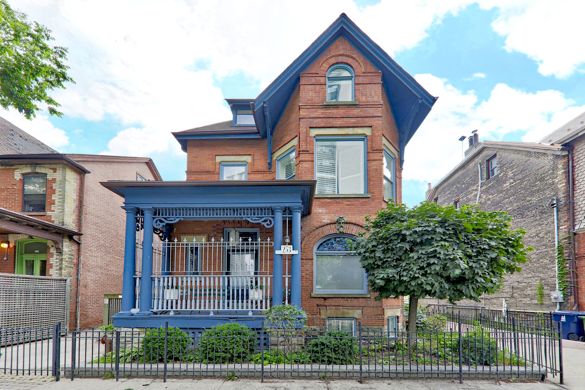 253 Wellesley St E. This condo townhouse at 253 Wellesley is located in  Downtown, Toronto - image #2 of 4 by Strata.ca