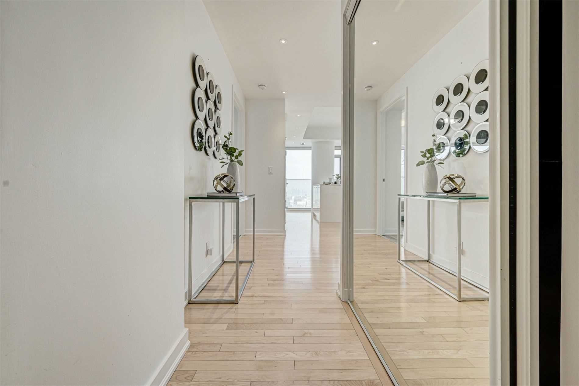 14 York St, unit 5608 for sale in Toronto - image #2