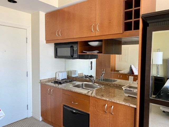 1 King St W, unit 2408 for rent in Toronto - image #2